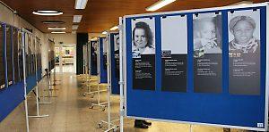 Illustration: Stellwände im Foyer der Schule
