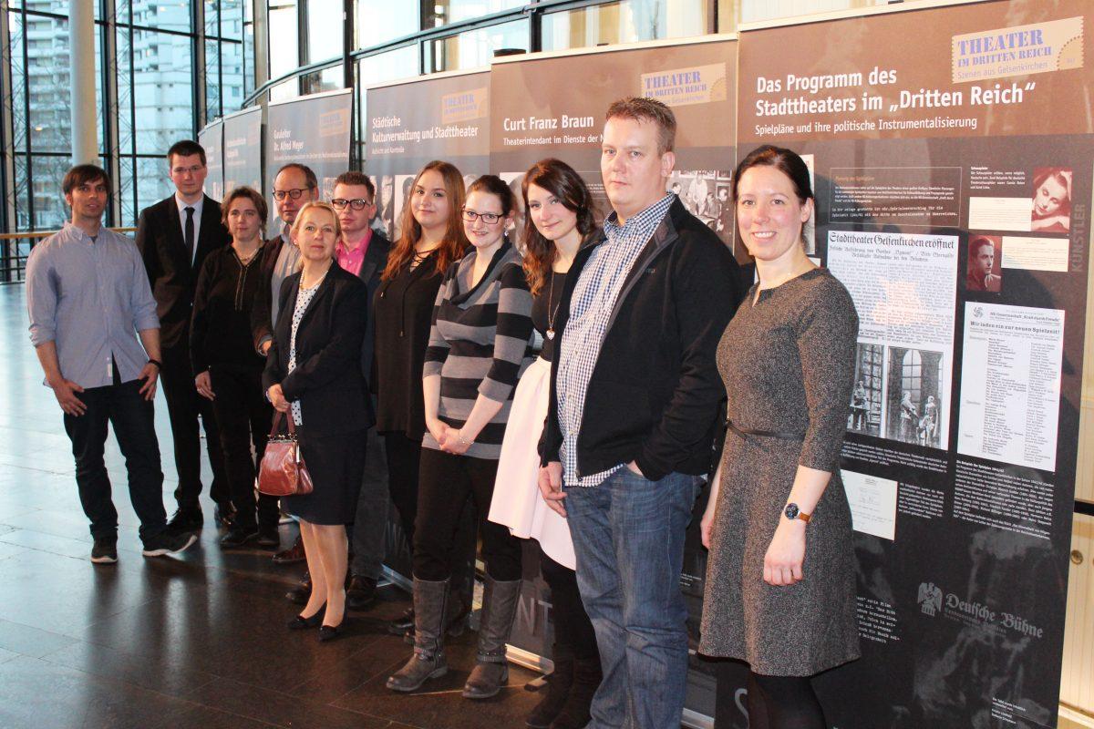 Foto der AG vor Stellwänden der Ausstellung im MiR