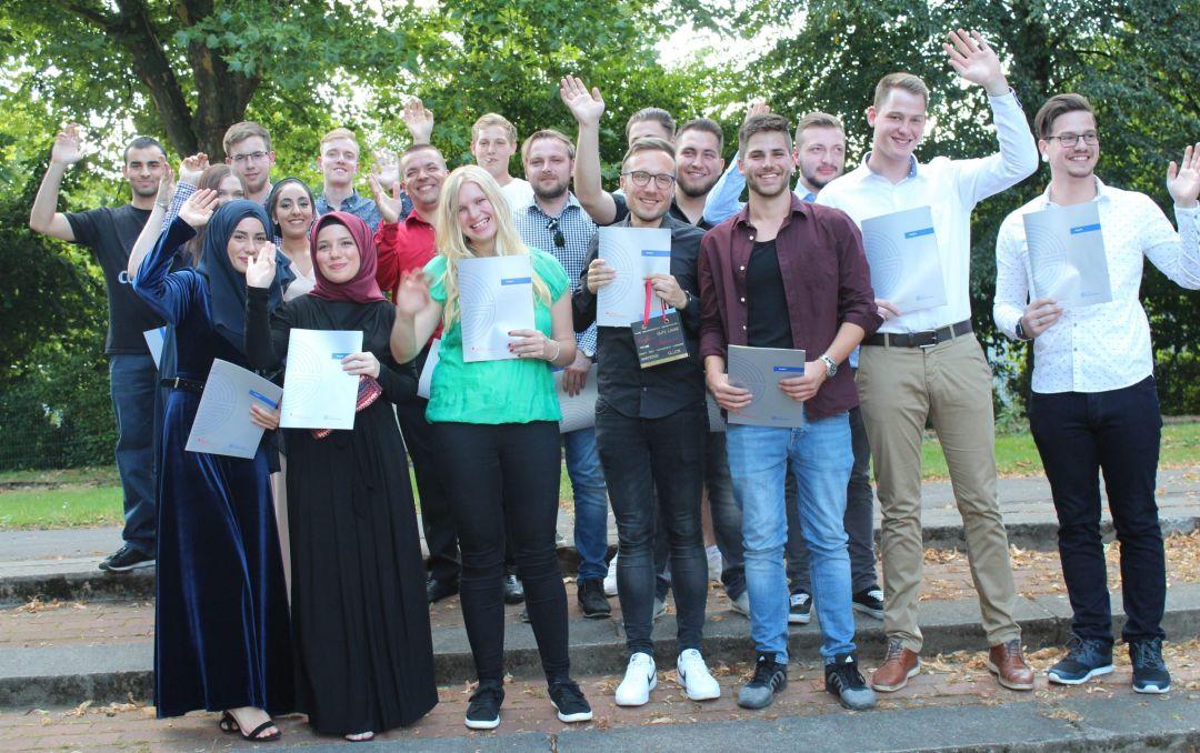 Wir gratulieren 24 Fach-Abiturient/innen