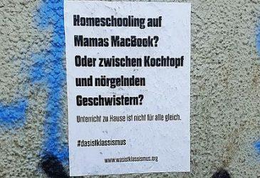 Plakat: Homeschooling auf Mamas MacBook?Oder zwischen Kochtopf und norgelnden Geschwistern? Unterricht zu Hause ist nich für alle gleich. #dasistklassismus